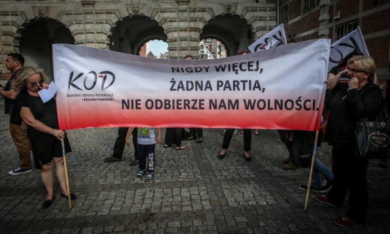 """""""Czarny protest"""" Komitetu Obrony Demokracji w Gdańsku (5.07.2016 r.)"""