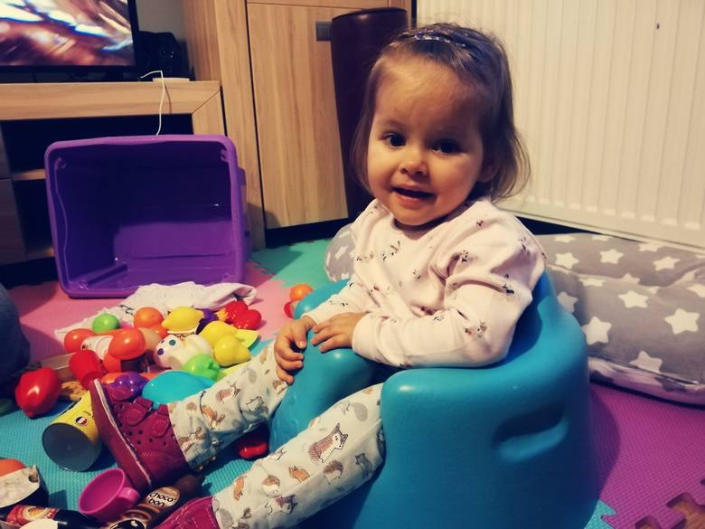 Dwuletnia Kasia Wołoszko, choć jest chora, zawsze pogodnie się uśmiecha. Szybko nawiązuje kontakty z ludźmi. - Skradła moje serce do reszty - mówi Sandra