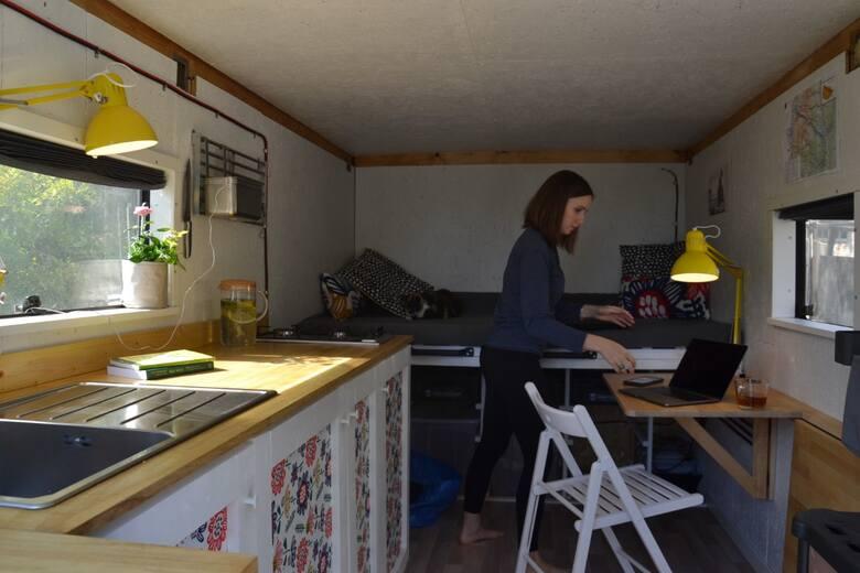 Magdalena Widłak-Langer: - Zamieszkaliśmy w vanie po jakimś czasie mieszkania w tiny house. Zatem byliśmy przygotowani na małą przestrzeń. Projektowaliśmy ją dla nas - znając swoje potrzeby, wymagania. To jak zaprojektowanie sobie domu, co powoduje, że przebywa się w tej przestrzeni bardziej...