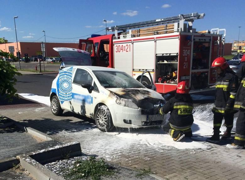 Ul. Hetmańska. Pożar samochodu niedaleko Auchan. Przy stacji benzynowej zapalił się fiat punto (zdjęcia)