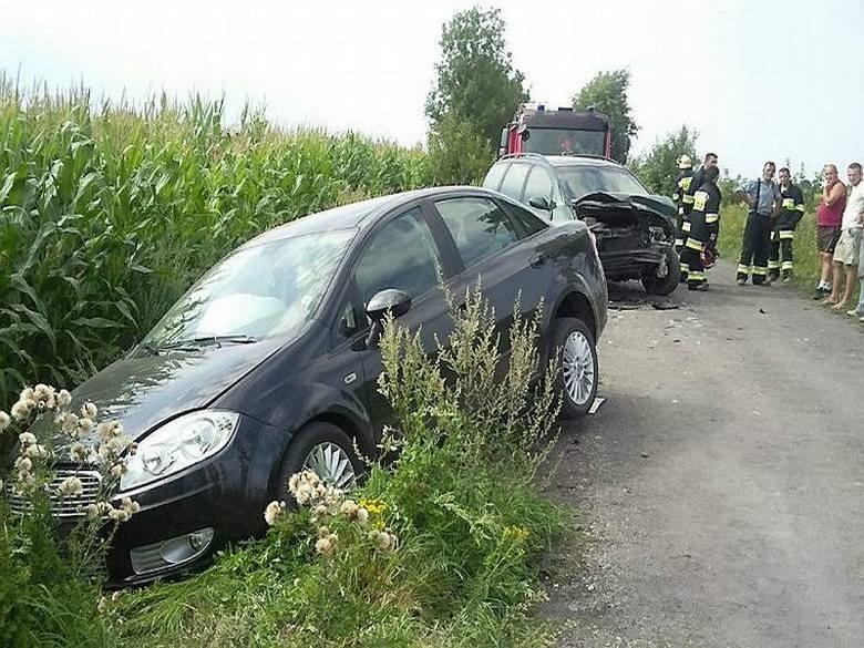W Dębowie (gm. Osiek) poszkodowane dwie osoby w wypadku drogowym na polnej drodze, trafiły do szpitala