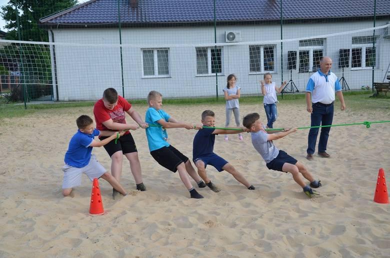Mieszkańcy Suchatówki wraz z przyjaciółmi z Perkowa i Buczkowa świętowali podwójnie: Dzień Matki i Dzień Dziecka. Nie zabrakło gości z innych miejscowości.Świętowanie
