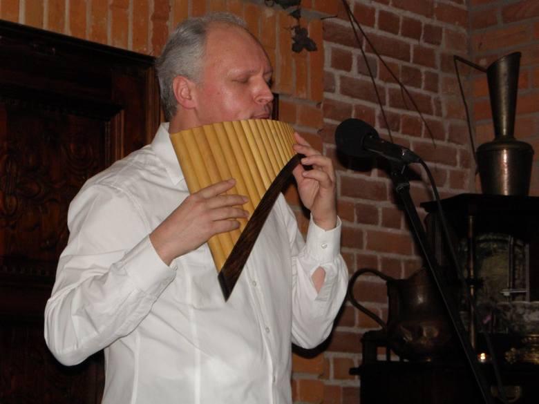 Valeriy Filipov gra nie tylko na fletni Pana, także na ...pile