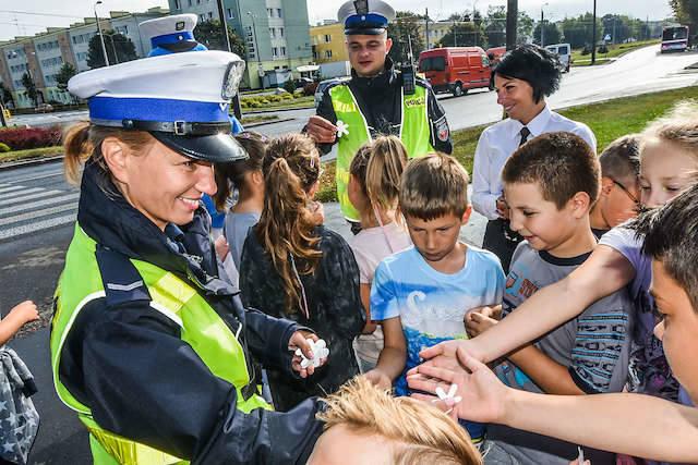 Dzieci z SP nr 46 przy ul. Kombatantów  przeszły szkolenie drogowe z policją. Znają zasady, mają odblaski...