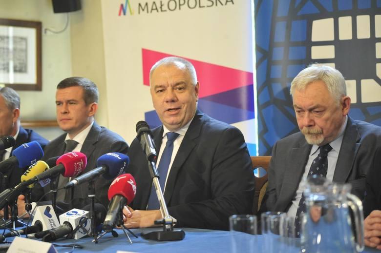 """Prezydent Majchrowski twierdzi, że nie ma rządowych gwarancji w sprawie igrzysk. Jacek Sasin mówi zaś o """"dziwnej"""" postawie prezyde"""