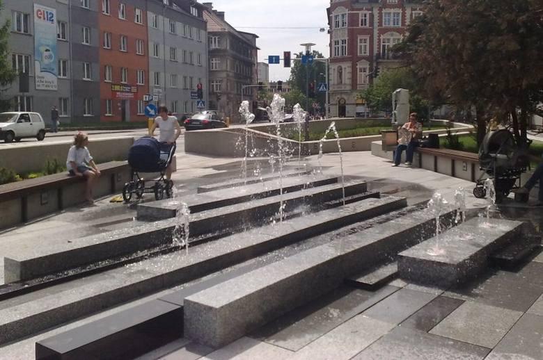 Na placu pojawiła się nie tylko nowa fontanna, ale i ławki, kosze na śmieci, jak również dużo zieleni.