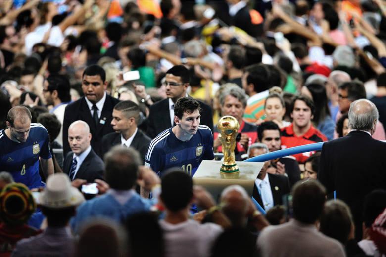 """WORLD PRESS PHOTO 2015. Pierwsze miejsce w kategorii """"Sport - zdjęcie pojedyncze"""". Po finałowym meczu Mundialu Argentyńczyk Lionel Messi patrzy na Puchar Świata."""