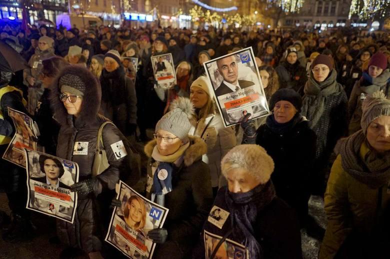 Podczas demonstracji Ogólnopolskiego Strajku Kobiet wskazywano posłów opozycji, którzy nie poparli dalszych prac nad projektem liberalizującym przepisy