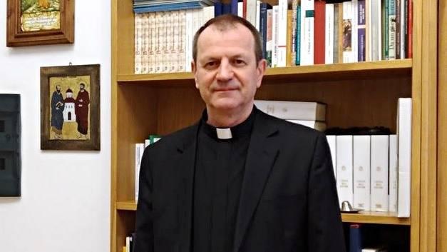 Ks. Tadeusz Wojda ma 60 lat.  Po maturze wstąpił do pallotynów, u których po święceniach kapłańskich był odpowiedzialny za animację misyjną młodzieży. Współpracował z trzema papieżami: Janem Pawłem II, Benedyktem XVI, a teraz z Franciszkiem.