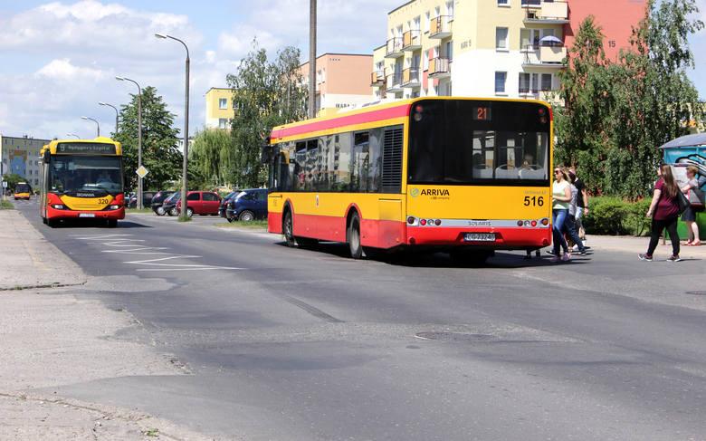 Ulica Ikara przebiega przez środek os. Lotnisko. Ruch jest na niej spory. Jeżdżą tędy m.in. autobusy komunikacji miejskiej.