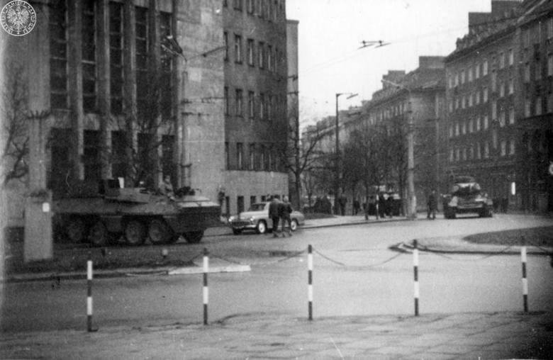 Zdjęcie z grudnia 1970 r. Przed sądem na dzisiejszym placu Konstytucji w Gdyni stoi czołg. Służbę w nim pełnił Jan Czajka, który odmówił wykonania rozkazustaranowania