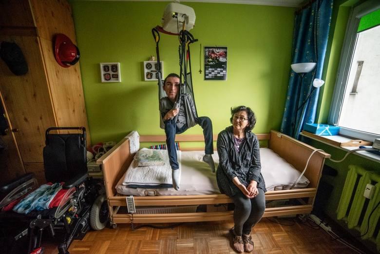- Mama śpi na podłodze obok mojego łóżka, na rozkładanym materacu - mówi Mateusz. - Nie ma w domu nawet kawałka swojego miejsca, bo wszędzie stoją sprzęty medyczne, leki moje i ojca, wózki inwalidzkie, podnośniki. Mama mówiła o remoncie mieszkania, ale ja pomyślałem, że jedynym rozsądnym...