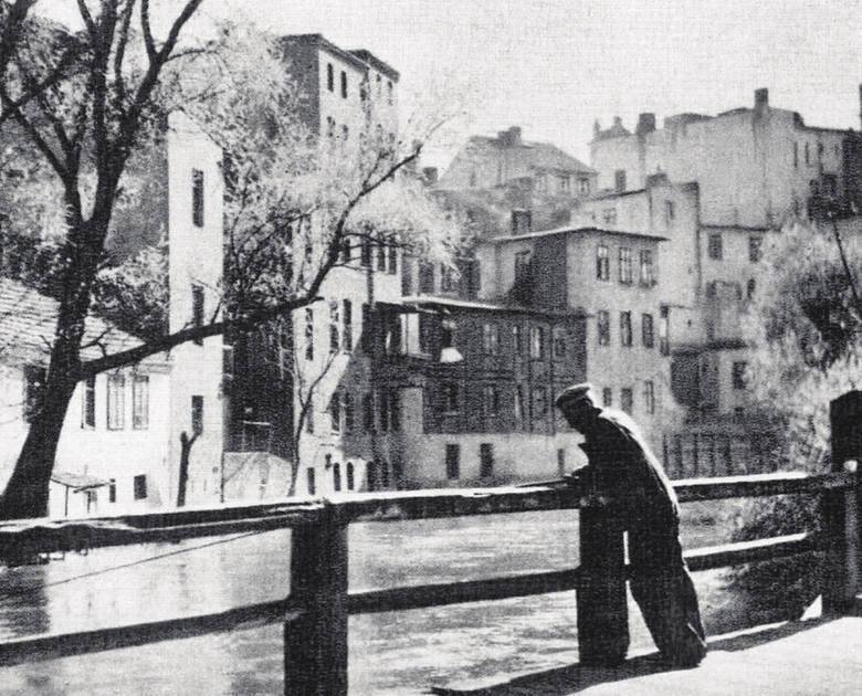 To widok każdemu bydgoszczaninowi dobrze znany. Nad Młynówką wciąż jeszcze, mimo zmian, zachowały się pojedyncze budynki w stylu ruder dawnej Wenecji