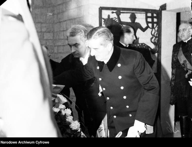 Regent Węgier Miklos Horthy składa wieniec na krypcie marszałka Józefa Piłsudskiego.