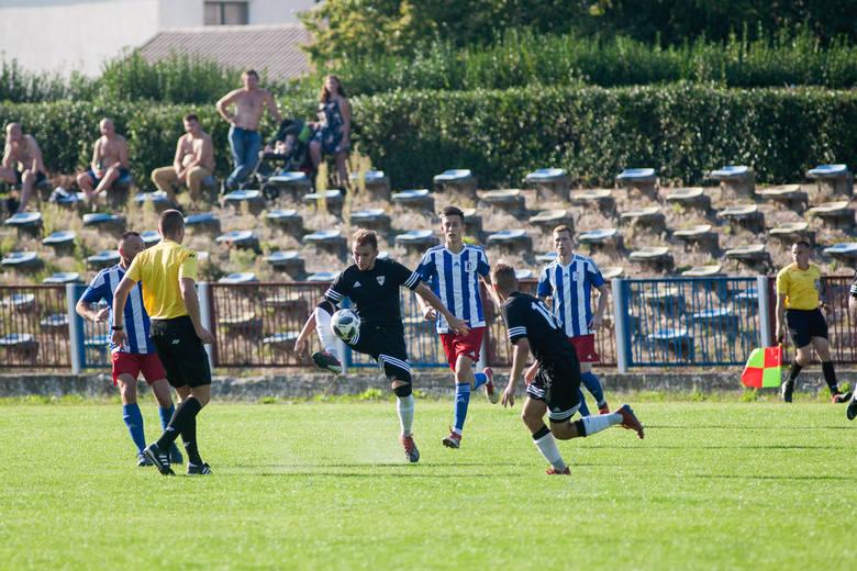 MKS Jantar Ustka przegrał czwarte kolejne spotkanie w ramach rozgrywek IV ligi pomorskiej. Tym razem uległ Jaguarowi Kokoszki 2:3. Ustczanie zajmują