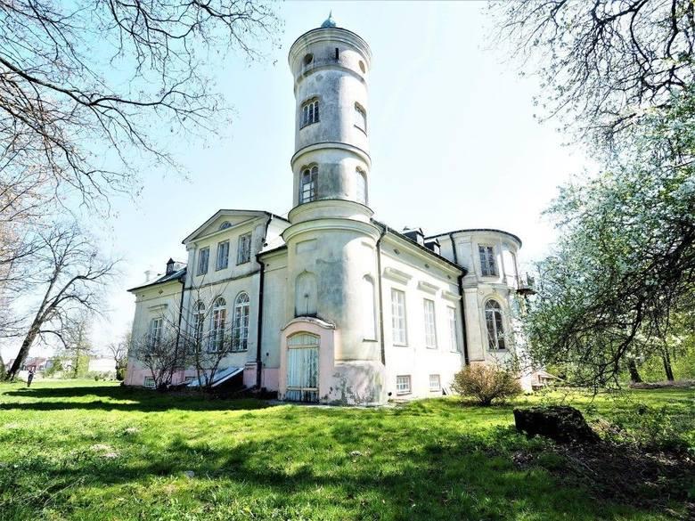 1990 m kw., 2 piętra i imponująca wieża – tak można podsumować ten zabytkowy, odnowiony pałac w Kaleniu (pow. rawski). Prostokątny budynek ma aż 44 pokoje
