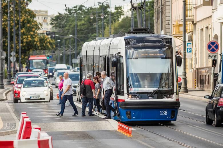 Przystanek wiedeński na ulicy Marszałka Focha w Bydgoszczy jest już gotowy. Pasażerowie są bezpieczniejsi, przechodząc przez jezdnię, żeby wsiąść i wysiąść