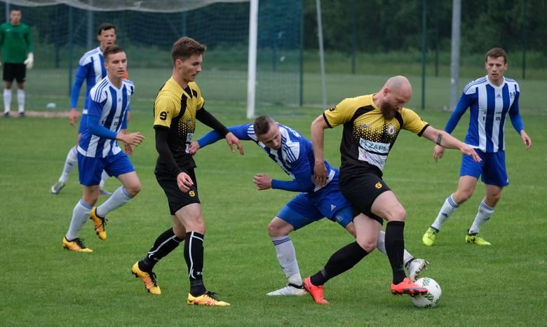 W meczu dwóch najlepszych aktualnie drużyn 4 ligi podkarpackiej, Sokół Sieniawa pokonał u siebie Izolatora Boguchwała 1:0. W 90. min bramkarz gości Miłosz