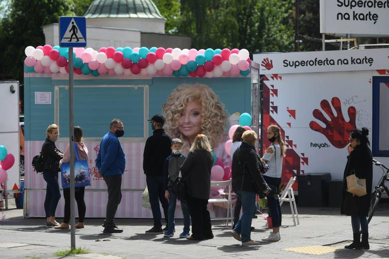 """W piątek, 22 maja przy ul. św. Marcin w Poznaniu otwarto budkę z lodami od Magdy Gessler """"Ice Queen"""". Tuż po otwarciu, o godz. 12 ustawiła"""