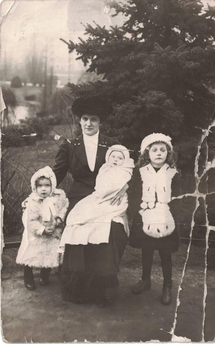 1914 rok. Marta Myśliwiec (żona Idziego) z córkami. Najmłodsza Alfreda na kolanach, stoją Wanda i najstarsza Irena