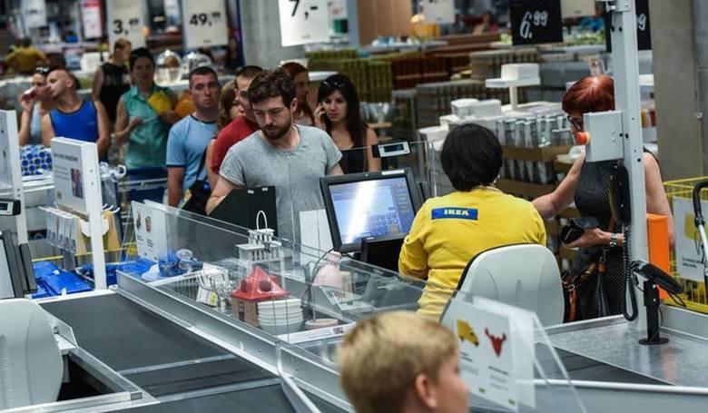 W sieciach handlowych trwa walka o pracowników. W dobie braków kadrowych sklepy ulegają presji płacowej i podnoszą pensje. Ile aktualnie zarabiają pracownicy