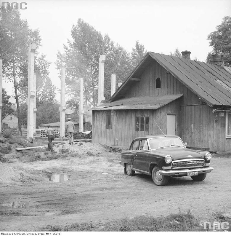 Wołga zaparkowana przed sklepem i punktem skupu w Pawłosiowie k. Jarosławia