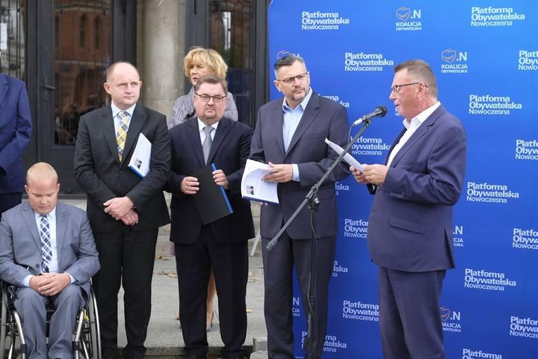 Piotr Całbecki (z prawej) i inni kandydaci KO zaprezentowali się przed gmachem toruńskiego teatru