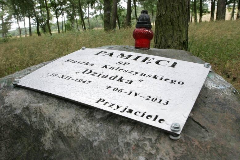 """Tablica poświęcona pamięci """"Dziadka"""" umocowana została na kamieniu w sąsiedztwie miejsca, gdzie Staszek Kuleszyński co roku rozbijał"""