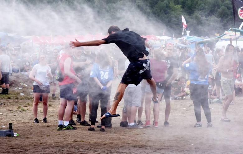 Grzybek na festiwalu w Kostrzynie nad Odrą ma już miano kultowego. Bez niego ten festiwal byłby zupełnie inny. To właśnie tutaj, pod grzybkiem, w błocie
