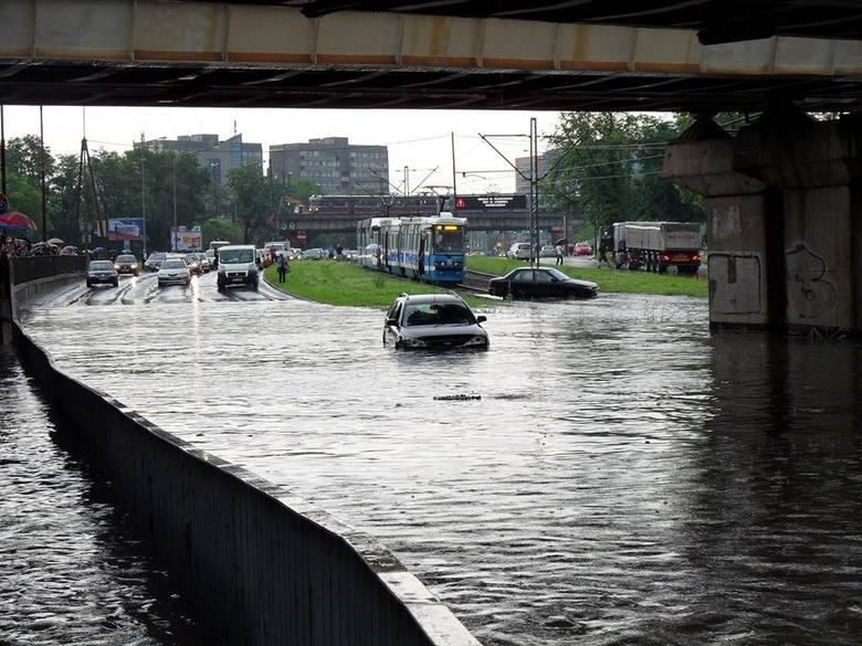 """Z zalewaniem wrocławskich ulic jest trochę jak z zimą w """"Misiu"""" Stanisława Barei. """"Jak jest zima, to musi być zimno"""","""