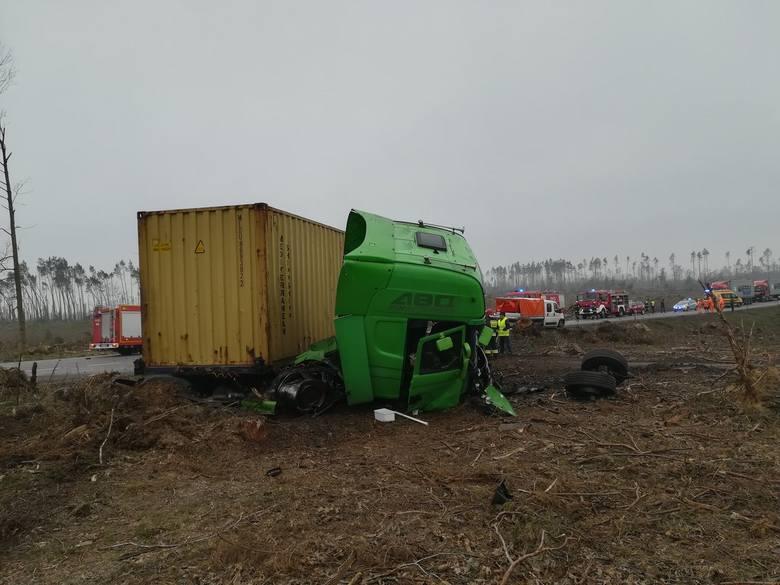 Dzisiaj w południe na drodze krajowej nr 22 między Rytlem a Jeziorkami doszło do poważnego wypadku. Zderzyły się audi A3 z ciężarową scanią. Dwóch poszkodowanych