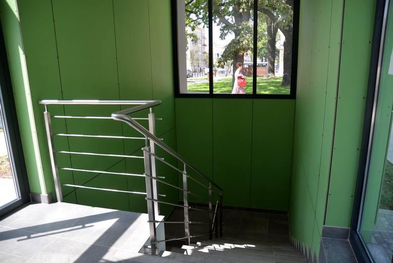 Krytyczną ocenę dostaje nowa toaleta publiczna. - Jej forma jest zbyt agresywna dla tego miejsca. Budynek widać nawet z drugiego końca placu - mówi architekt Hubert Trammer i dodaje: - Pawilon jest zaskakująco duży, jak na to, że mieści tylko windę, klatkę schodową i pomieszczenie techniczne, a...