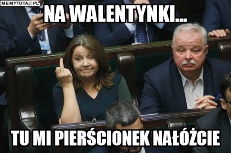 Posłanka PiS Joanna Lichocka pokazała w Sejmie środkowy palec opozycji. Internauci działają błyskawicznie. Zobacz memy ze środkowym palcem posłanki Lichockiej