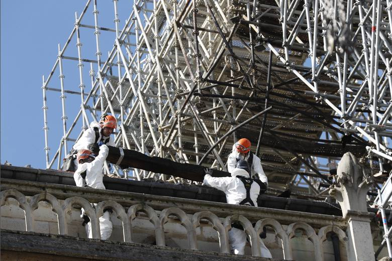 Miliarderzy obiecali zrzutkę na odbudowę Notre Dame. Ale wciąż nie dali ani euro...