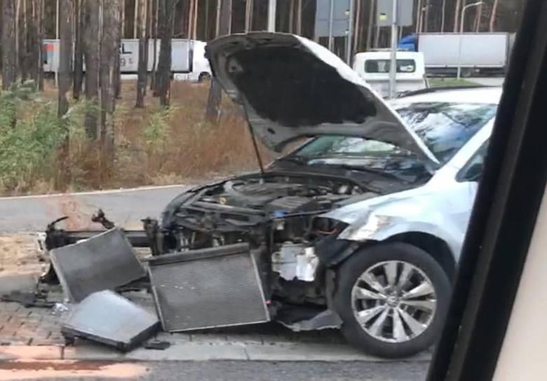 Do zderzenia doszło w czwartek, 10 października, na Trasie Północnej przy wjeździe na stację benzynową. Zderzyły się dwa volkswageny w wyniku czego na