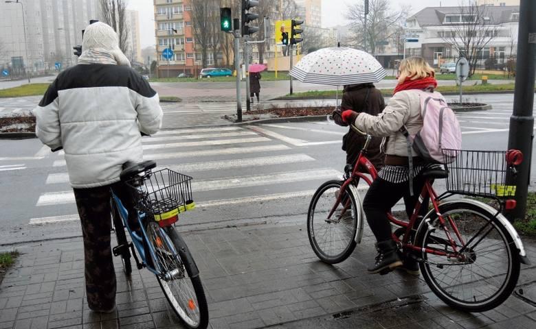 Ci rowerzyści mają dwie możliwości, łamiąc obowiązujące przepisy przejechać skrzyżowanie i zmieścić się w czasie lub przeprowadzić jednoślady na drugą