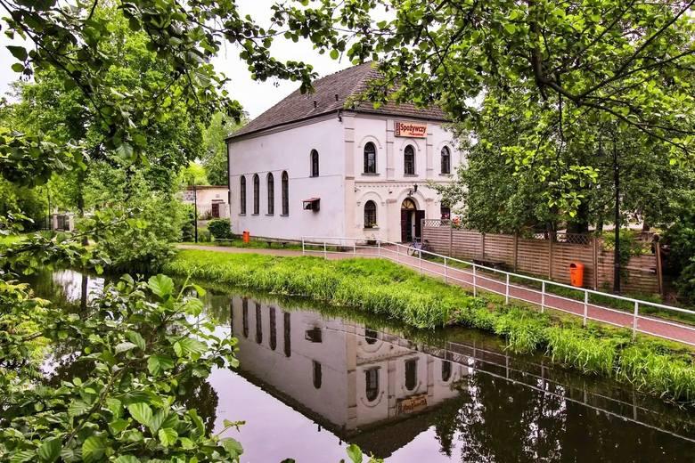 Inowłódz- to tu nastoletni Julian Tuwim spędzał wakacje.   Warto tu obejrzeć zrekonstruowany średniowieczny zamek, kościół św. Idziego będący przykładem