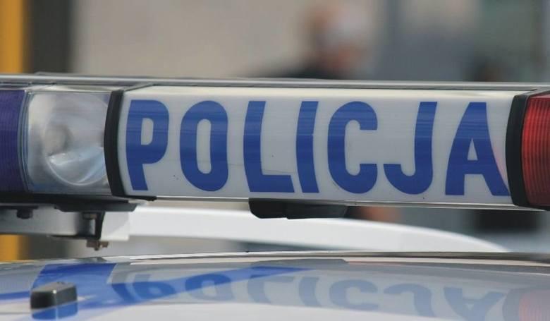 Wypadek na ul. Krakowskiej w Rzeszowie. Samochód wbił się w latarnię, trzy osoby ranne