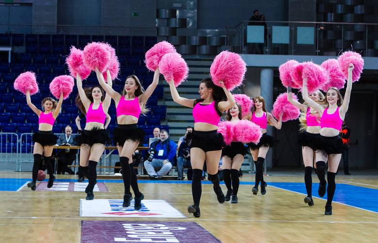 Koszykarze Kinga Szczecin przegrali ze Stelmetem Zielona Góra, ale kibice obejrzeli ciekawy pojedynek. Widownię w przerwach spotkania tanecznymi pokazami
