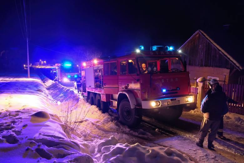 <strong>W sobotę o godz. 18.40 strażacy z Przemyśla otrzymali zgłoszenie o pożarze domu w Śliwnicy w gm. Krasiczyn.</strong><br /> <br /> - Na miejsce zadysponowano 5 zastępów strażaków z Przemyśla, Birczy i Krasiczyna (23 ratowników - przyp. red.). Paliło się na piętrze budynku jednorodzinnego. Panowało...