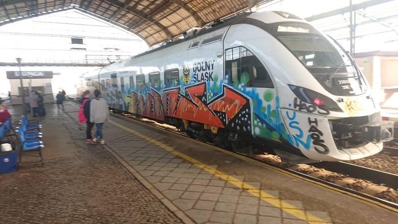 Tyle zostało z pociągu Kolei Dolnośląskich po ataku grafficiarzy [ZDJĘCIA]