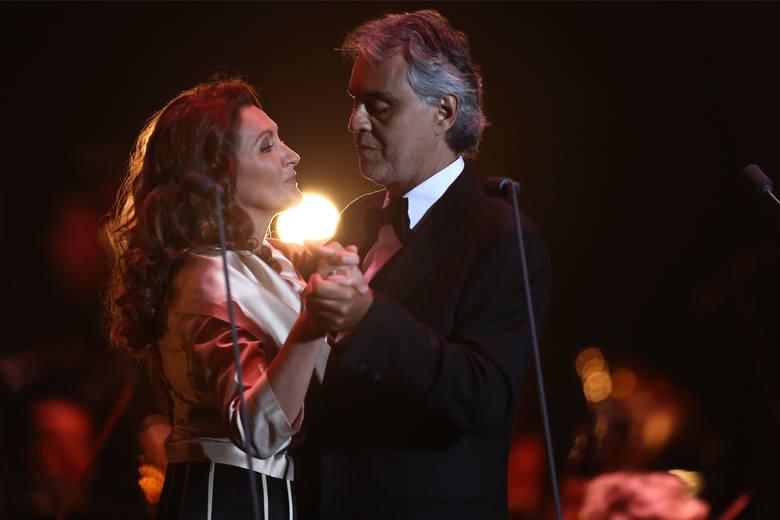 Tenor Andrea Bocelli i sopranistka Paola Sanguinetti podczas występu na stadionie miejskim we Wrocławiu