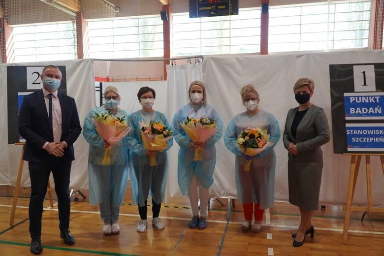 Z okazji Międzynarodowego Dnia Pielęgniarki i Położnej władze Golubia-Dobrzynia odwiedziły personel pracujący w Punkcie Szczepień Powszechnych w Gol