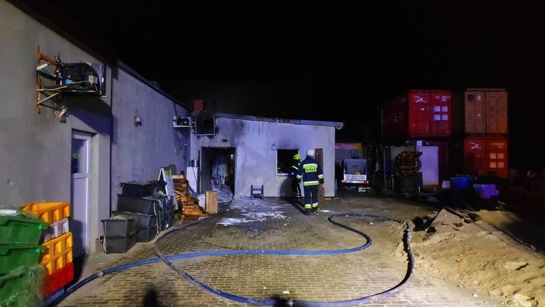 Pół godziny po północy koszalińscy strażacy odebrali sygnał, że palą się pomieszczenia na przystani rybackiej w Unieściu. Na miejsce wysłane zostały