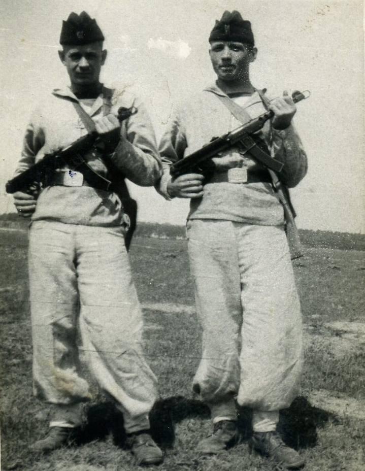 Na ćwiczeniach wojskowych z Kłasznikowem. Edward Zajt po prawej