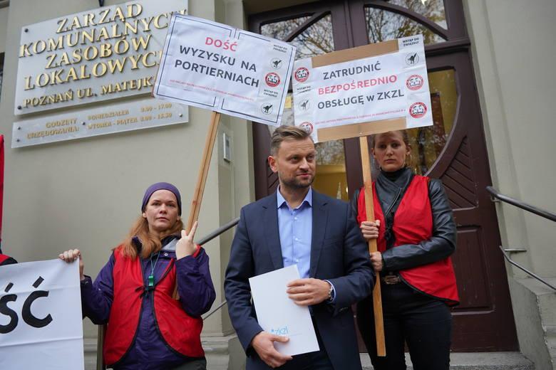 Zatrudnienia portierów pilnujących obiektów administrowanych przez ZKZL bezpośrednio przez  tę spółkę domagali się protestujący związkowcy z Inicjatywy