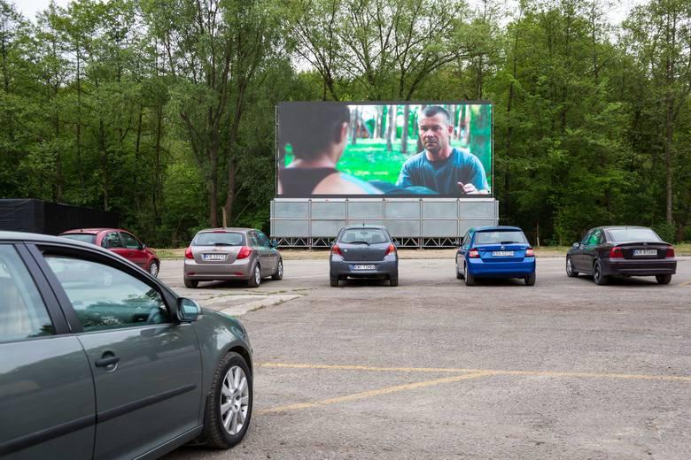 Samochodowe kino Rozrywka w Krakowie rozpoczęło działalność w piątek.