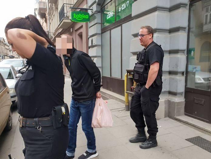 Kilogramowe opakowanie cukru padło łupem złodzieja, który grasował w sobotę w Żabce w centrum Łodzi. Rabuś został zakuty w kajdanki i pojechał do komisariatu