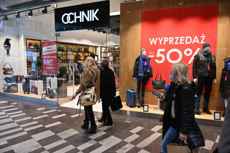 Po długiej przerwie znów otwarte są sklepy w galeriach handlowych. W poniedziałek, 1 lutego, czyli pierwszy dzień po otwarciu klienci dopisali i nie