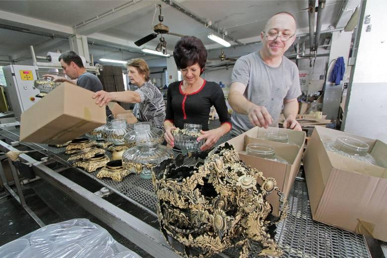 Gotowy wkład w plastikowym opakowaniu następnie - już ręcznie przez pracowników na trzeciej hali - wkładany jest do wybranej szklanej obudowy.